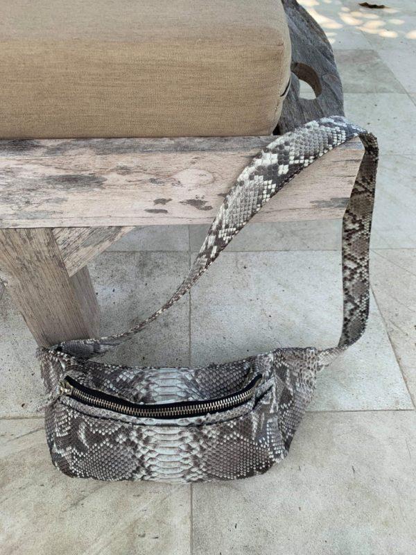 Nicoline Toft med Kundalini bumbag taske naturfarvet python skind taske på bænk